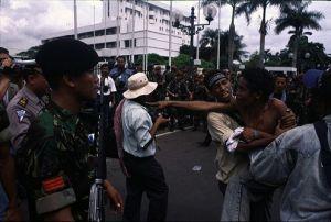 Mahasiswa Timor - Timur Mengelar Demonstrasi Depan DEPLU INdonesia di JKT-1996